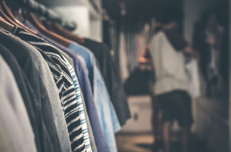 Como organizar tu ropa en el armario