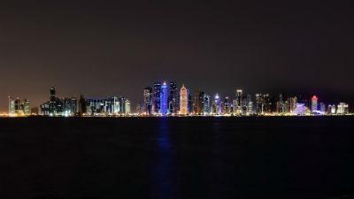 Corniche y el skyline de la ciudad de noche