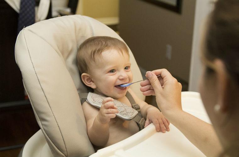 Alimentar a un bebé mediante cereales